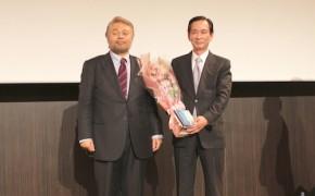 左が岡本芳邦新理事長、右が米田義一前理事長