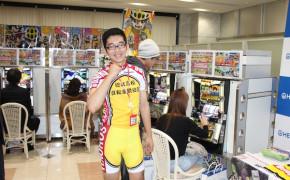 展示会場では、原作キャラクターのレース用コスチュームを纏った同社スタッフがお出迎え