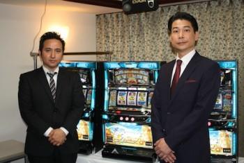 新機種との撮影に応じる田中知史営業本部長(右)と、広報担当の石橋克彦氏