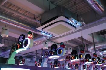 光の効果的な演出を意識したというジャグラーコーナー。「PCI発生ユニット・新カセットタイプ」の青色LEDが絶妙なアクセントとなっている