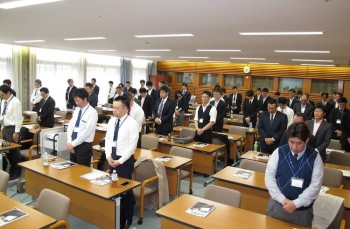 開始前には熊本地震の犠牲者に対して約1分間の黙祷を捧げ、哀悼の意を表した