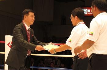 承認書を受け取る三井氏(左)