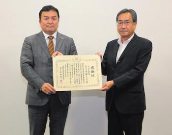 感謝状を受け取る齊藤社長(左)