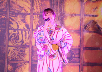 歌う篠崎愛